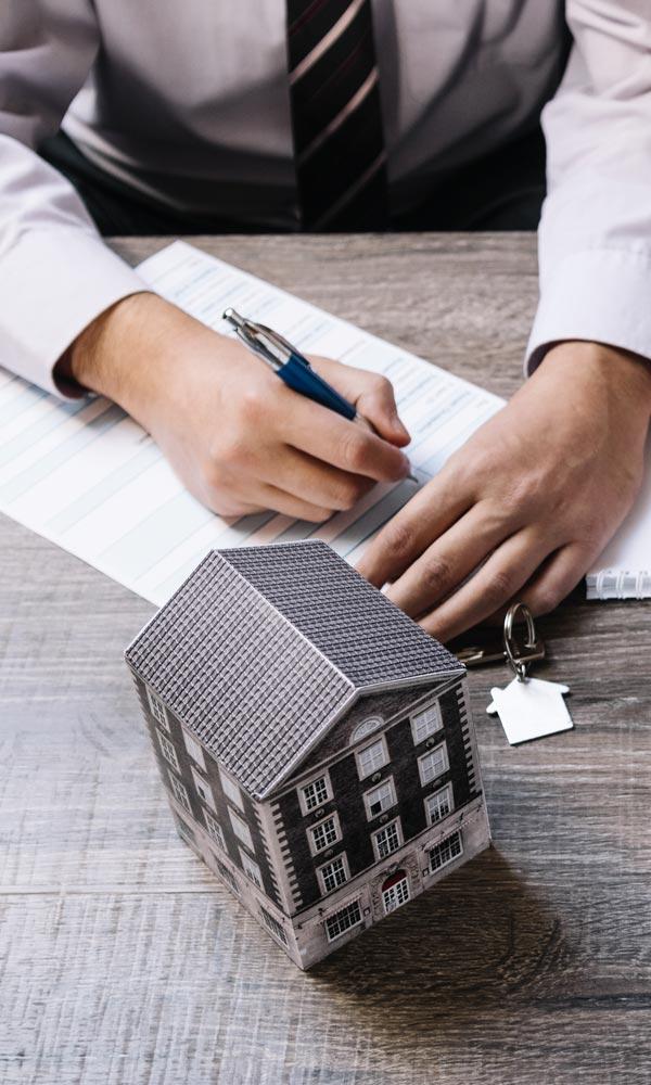 Personne signant l'achat de sa maison après un diagnostic immobilier à Grenoble